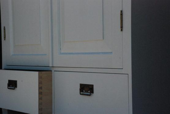 Talonpoikaisrokokoo vaatekaappi
